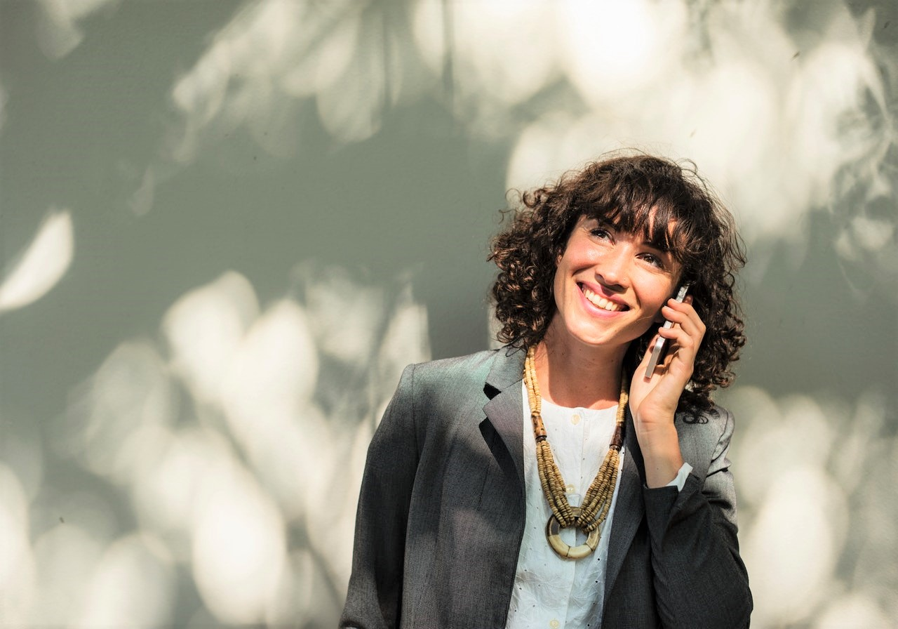 Photo of a female account executive on the phone with a prospect her virtual sales assistant found for her.
